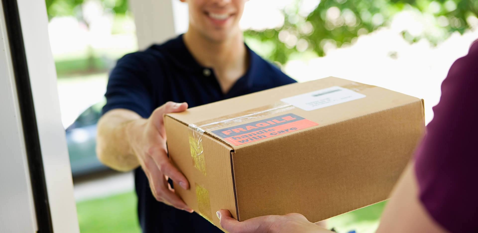 Corriere consegna pacco danneggiato