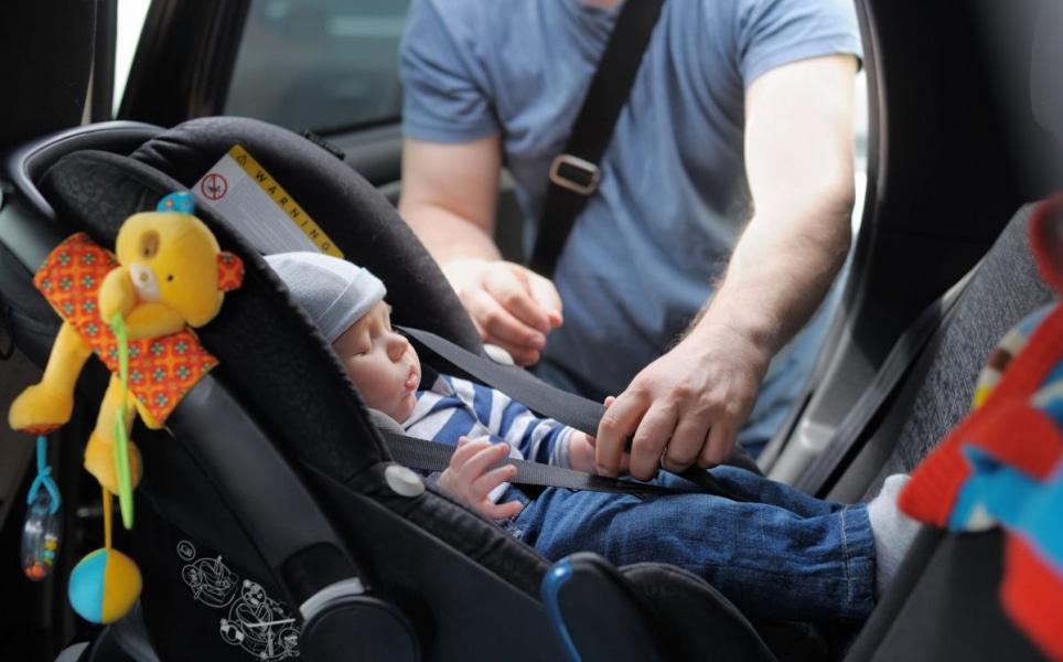 I migliori accessori per viaggiare con un neonato