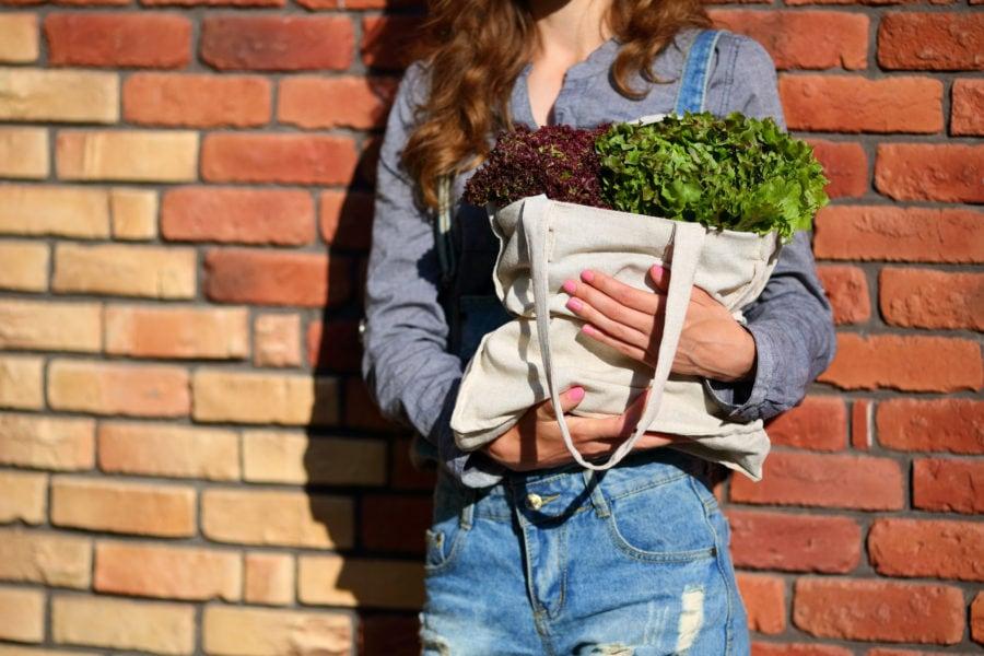 Usare borse e sacchetti riutilizzabili