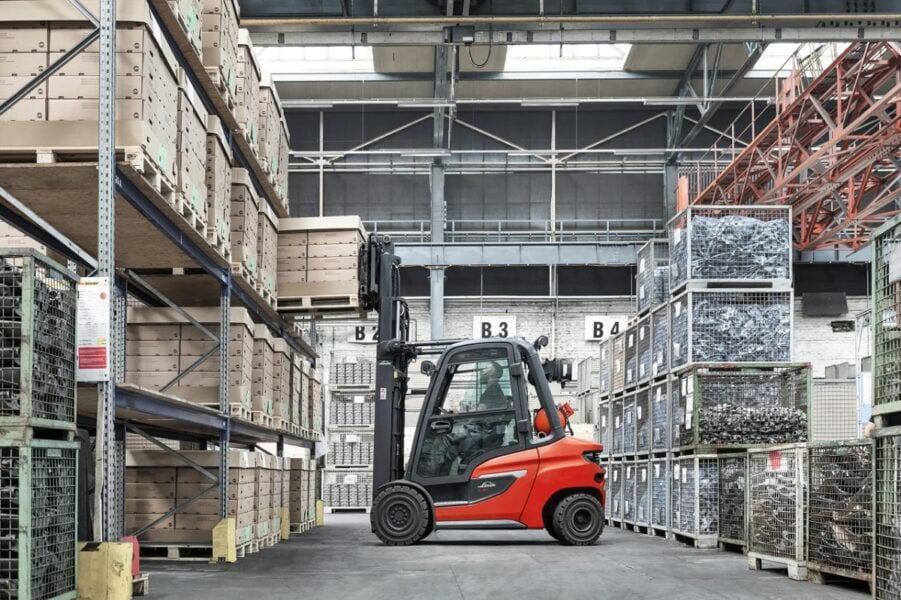 Carrelli elevatori per il magazzino: i vantaggi del noleggio